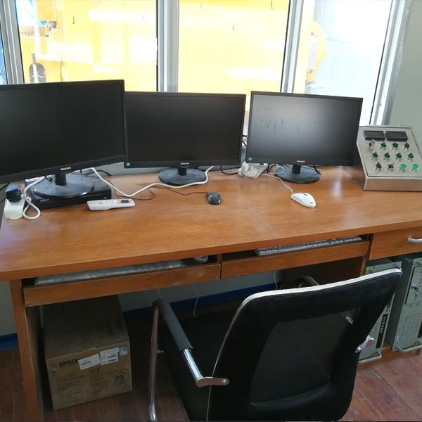 木制办公桌式控制台